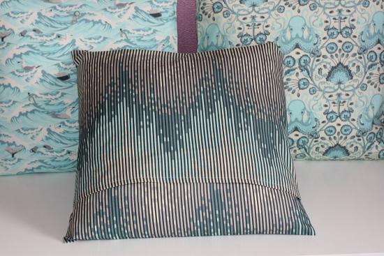 Sea stripes - Envers du coussin : on voit le rabat par où insérer le coussin dans la housse.