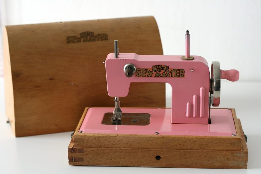 Machine à coudre-jouet des années 40